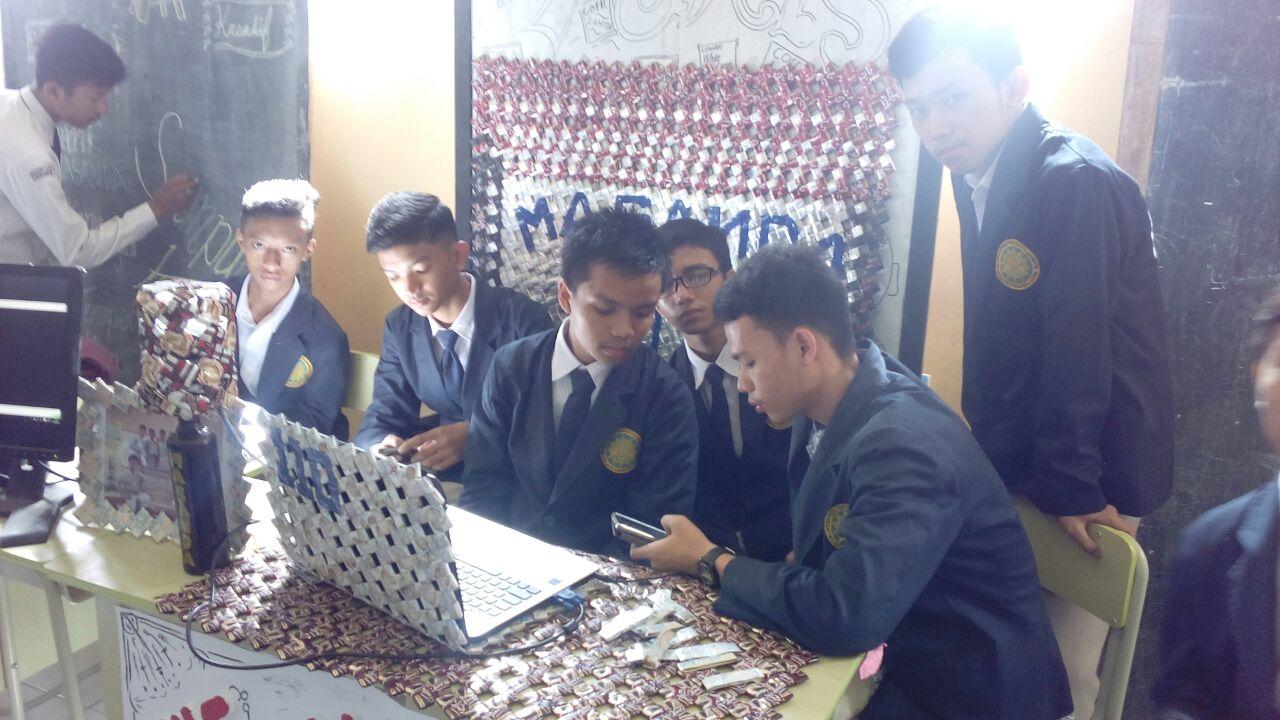 Kelompok Pembuatan Karya dari Bungkus Kopi Bekas